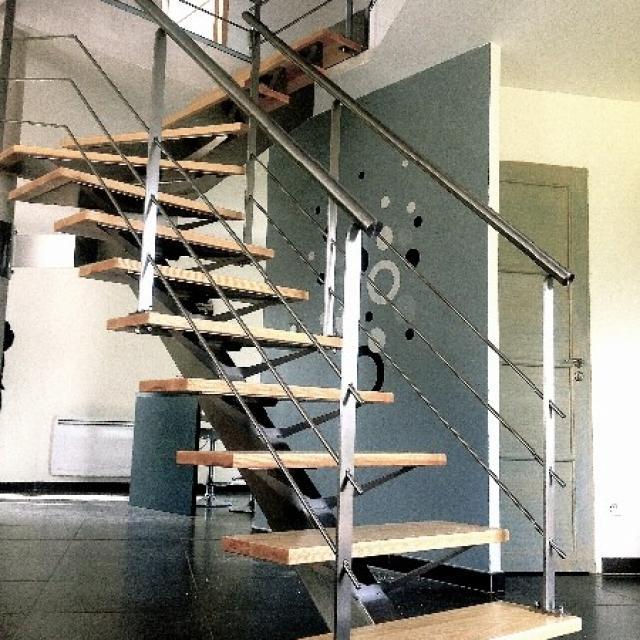Escalier à limon central en inox/bois